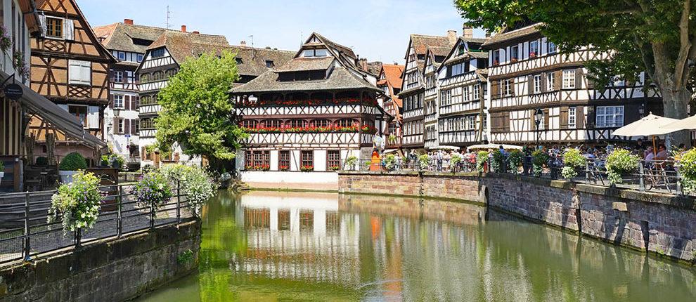 Louez un bateau électrique sans permis à Strasbourg et naviguez paisiblement au coeur de la ville.